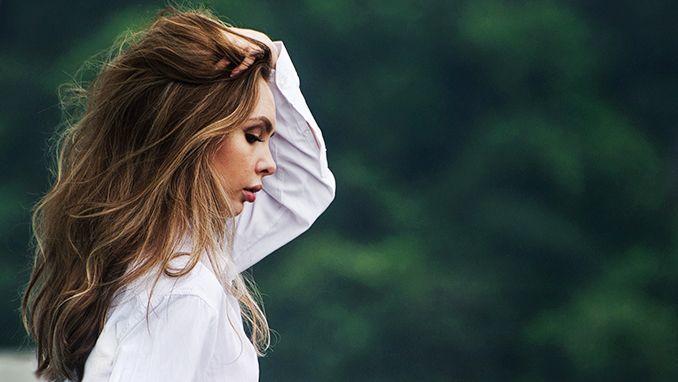 Vrouw met hand in het haar